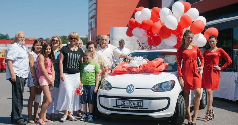 Dubravka Klecina zajedno sa svojom obitelji na primopredaji glavne nagrade Gavriloviceve nagradne igre U poteza tri vozi se i ti!
