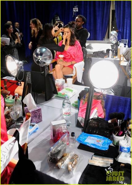 adriana-lima-vs-fashion-show-2011-08