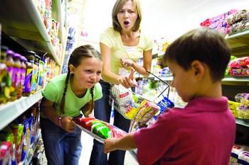 djeca-i-roditelji-u-trgovini