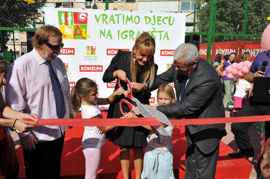 ivona-janjic-i-ante-zupanovic-konzum-djecje-igraliste-sibenik-otvorenje-large