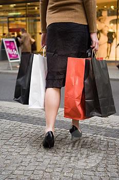 zena-kupovina-vrecice-midi